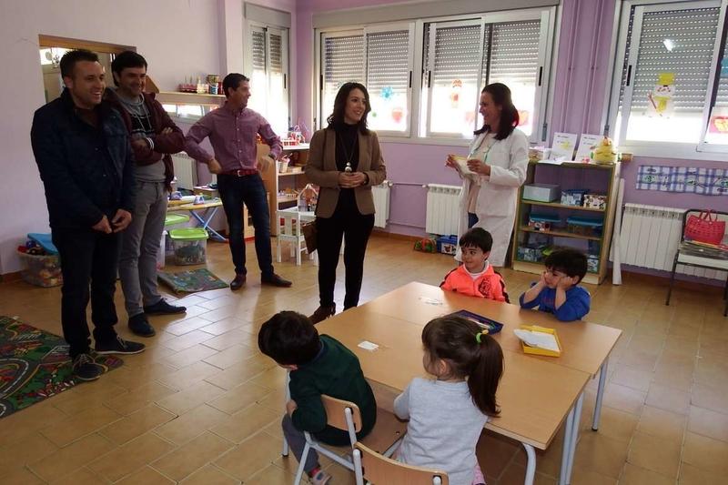 Esther Gutiérrez visita las obras educativas hechas recientemente en Holguera, Riolobos y Mirabel