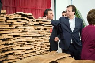 Fernández Vara sitúa al sector del corcho como ejemplo de economía verde y circular