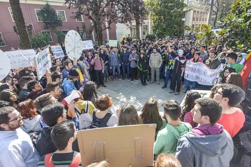 Los estudiantes extremeños protestan a las puertas del Rectorado