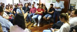 Fernández Vara invita a los jóvenes a aportar a la política su conciencia crítica