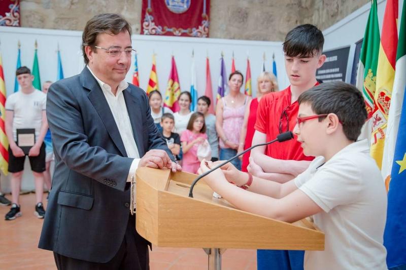 El presidente extremeño recibe a alumnos irlandeses y españoles en su visita a Mérida