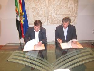 La Junta y Acciona firman un protocolo para hacer de Extremadura un