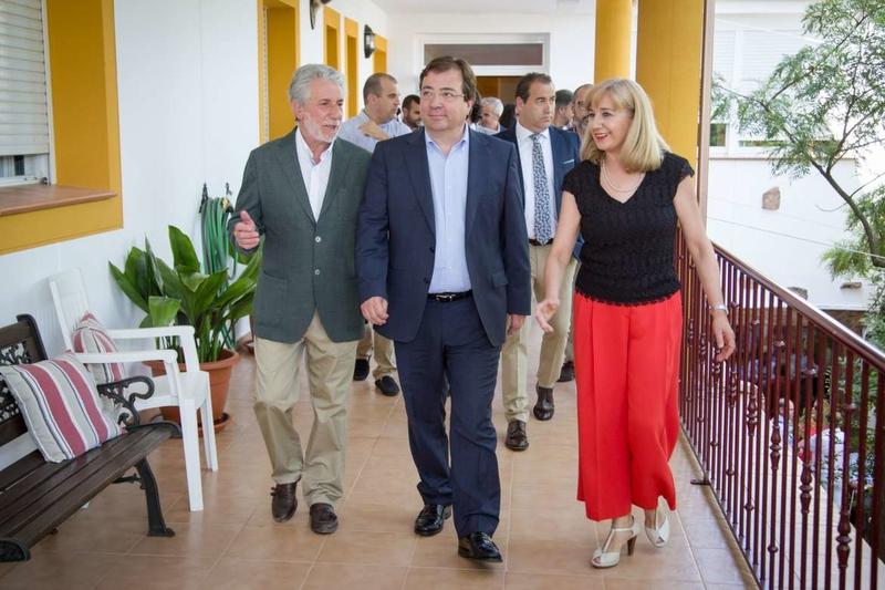 Vara visita las instalaciones de la residencia de mayores de Talarrubias