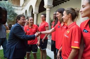 La Selección Española Femenina de Baloncesto se reune con el presidente de la Junta