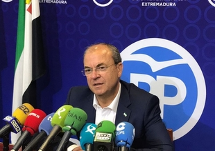 Monago explica al ministro que un tren digno ''no sale ardiendo'' ni tiene ''más de 100 incidencias en verano''