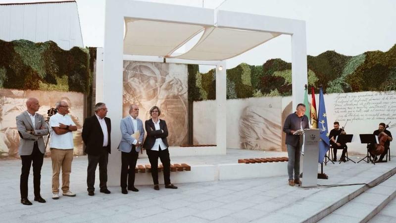 La consejera de Cultura e Igualdad inaugura la plaza de Eduardo Naranjo en Monesterio