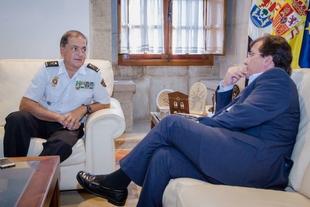 El presidente de la Junta de Extremadura recibe al jefe superior de Policía José Antonio Togores