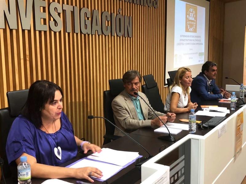 Begoña García recuerda que la red ferroviaria extremeña fue diseñada en el siglo XIX con intereses ajenos a la región
