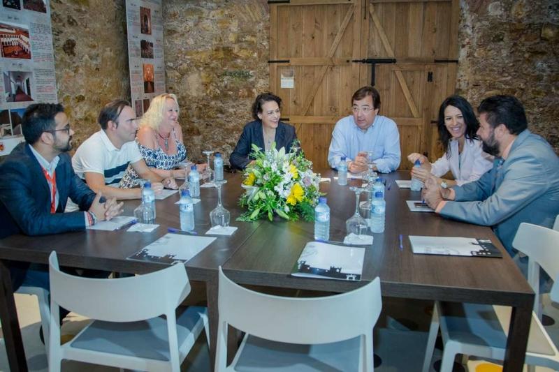 El presidente de la Junta de Extremadura y la ministra de Trabajo se reúnen con los agentes sociales y económicos en Olivenza