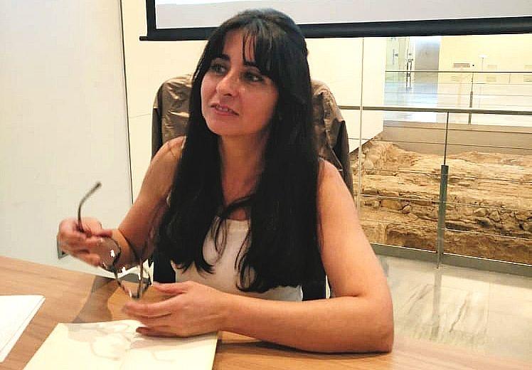 La escritora María J. Chinchilla presenta su novela ''Espejos Invisibles'' en la Editora Regional de Extremadura