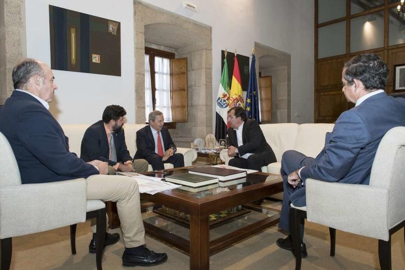 Vara se reúne con los presidentes de las Cámaras de Comercio de Cáceres y Badajoz