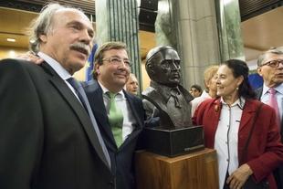 Fernández Vara participa en el acto de donación de un busto de Muñoz -Torrero al Congreso de los Diputados