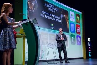 Fernández Vara destaca la labor solidaria de la ONCE y la figura de los vendedores del cupón