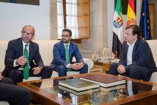 Presentan al presidente de la Junta el proyecto de instalación una factoría de plexiglass en Olivenza
