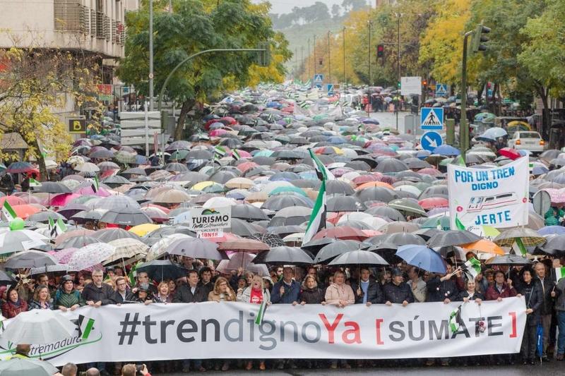Vara valora la presencia de los extremeños de los pueblos en la manifestación en favor de un tren digno en Cáceres