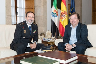 El presidente recibe al nuevo jefe superior de Policía en Extremadura, José Manuel Merino