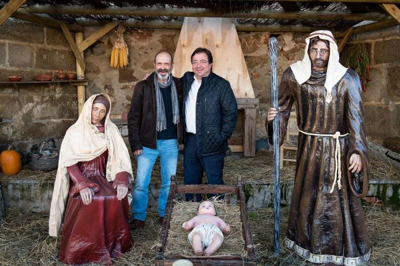 Fernández Vara valora la iniciativa de los vecinos de Villar de Rena para poner en marcha el belén artístico 'La Nacencia'