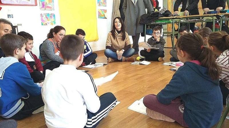 La consejera de Educación y Empleo visita el colegio de Piornal donde se van a llevar a cabo reformas presupuestadas en más de 158.000 euros