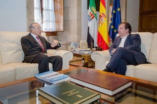 Junta y Fundación La Caixa acuerdan la colaboración de ambas instituciones en materia de acción social y cultural