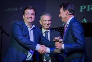 Fernández Vara entrega a Matías Prats el Premio Santiago Castelo en reconocimiento a su trayectoria periodística