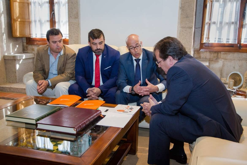 Fernández Vara se ha reunido con los responsables de Adamo, que desplegará fibra óptica en Extremadura
