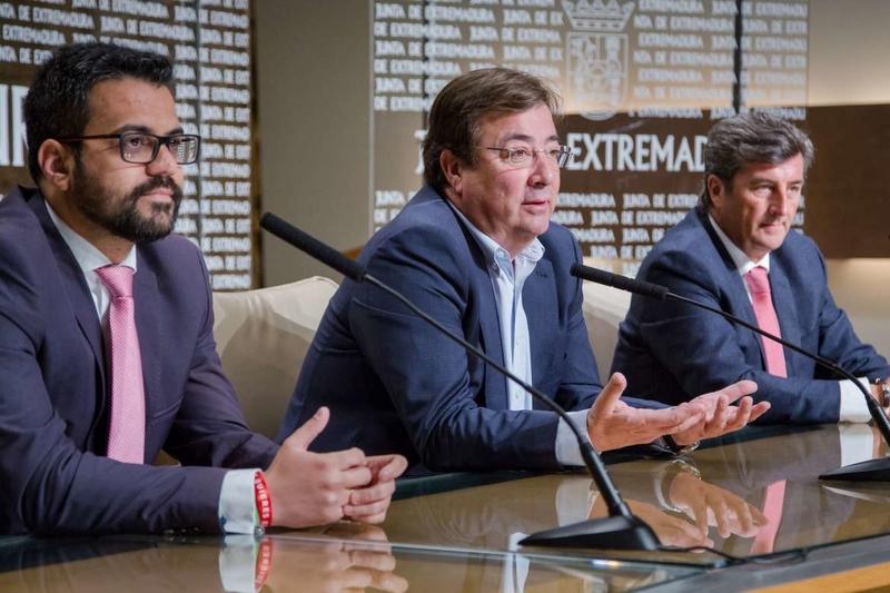 El presidente de la Junta y Taranis Energy firman un protocolo para la puesta en funcionamiento de una fábrica de Optibox en Olivenza