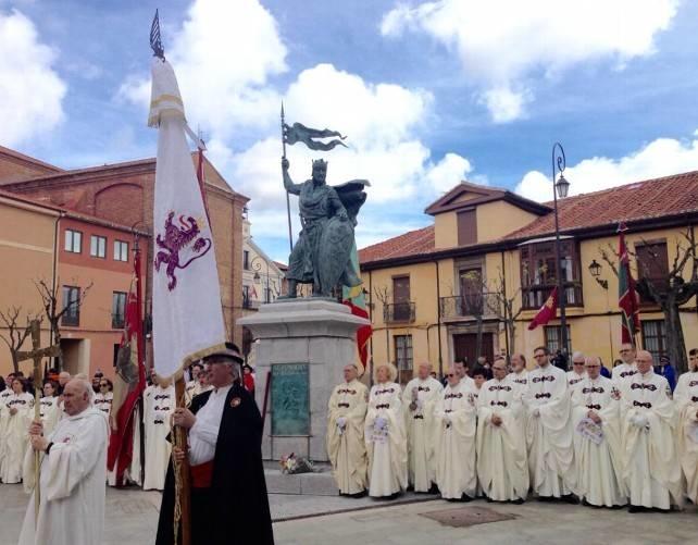 Se inaugura en León una estatua de Alfonso IX realizada por el escultor extremeño Estanislao García Olivares