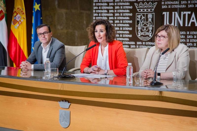 La Junta de Extremadura y las dos diputaciones provinciales han firmado esta mañana un nuevo convenio de mejora de la infraestructura eléctrica munici