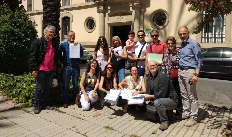 Un grupo de personas presentan de forma colectiva su 'Testamento Vital' ante el registro de la Junta de Extremadura