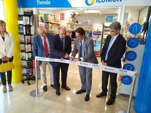 El consejero de Sanidad inaugura una tienda en el Hospital de Mérida que crea tres empleos para personas con discapacidad