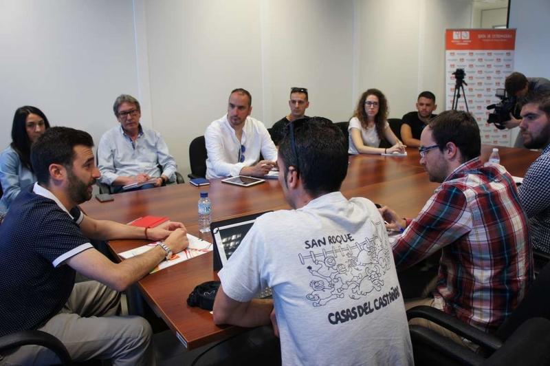 Reunión de trabajo en el IJEX para coordinar actividades de los campamentos de la Campaña de Verano