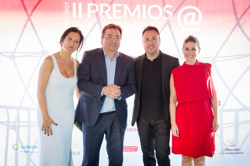 Fernández Vara asiste a la entrega de los Premios Región Digital