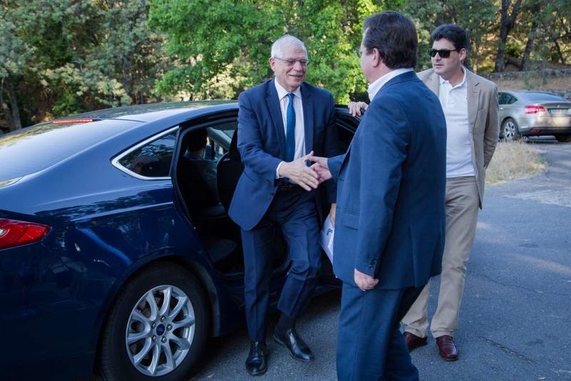 Fernández Vara asiste en Yuste a la ponencia ofrecida por el ministro de Asuntos Exteriores Josep Borrell