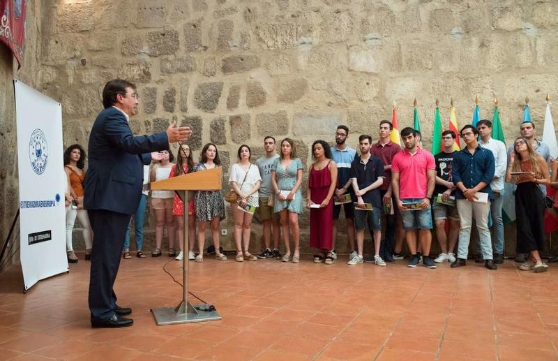 El presidente de la Junta de Extremadura recibe a jóvenes becados que viajarán por la UE para convivir en el entorno europeo