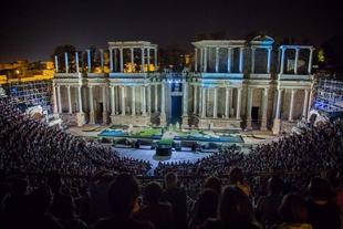 Vara asiste en el Teatro Romano de Mérida al estreno de 'Metamorfosis'