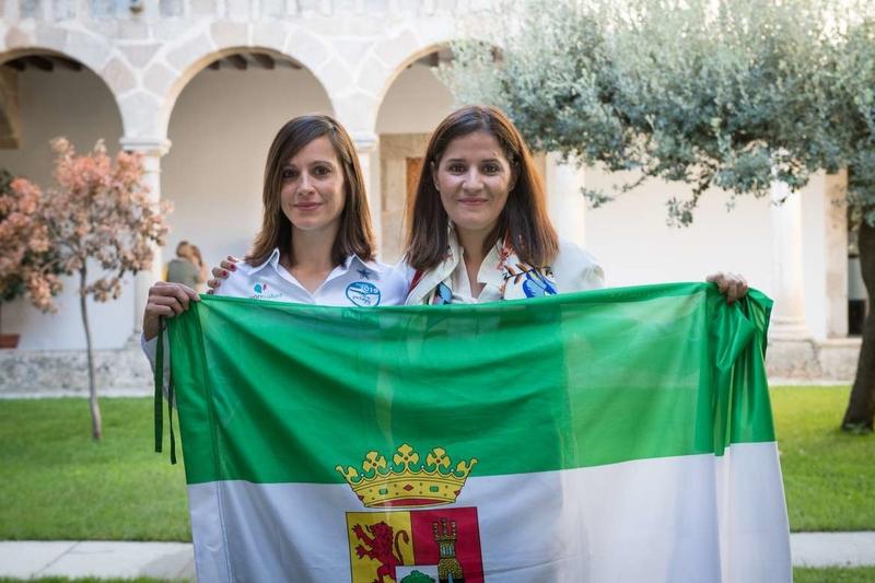 Gil Rosiña entrega la bandera de Extremadura a la participante extremeña en el Reto Pelayo Vida Andes 2019