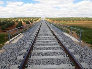Comienzan a circular trenes por las nuevas vías del tramo Llerena-Usagre que supondrán una reducción de 25 minutos entre Cáceres y Sevilla