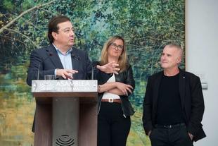 El presidente de la Junta asiste en la Asamblea a la inauguración de la exposición 'El rincón de la hechicera', de Juan Luis Campo
