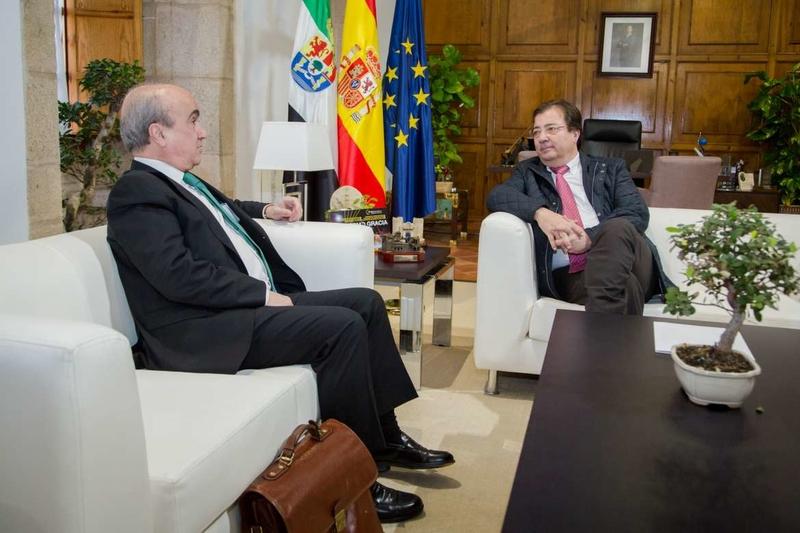 El presidente de la Junta de Extremadura se reúne con el secretario general de la Organización de Estados Iberoamericanos
