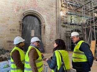 La consejera de Cultura visita las obras de rehabilitación de la catedral de Coria