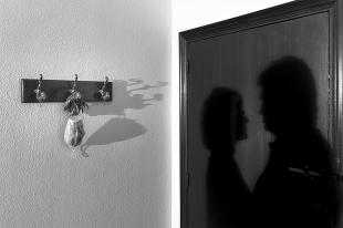 La imagen 'Amor en sombras' de Jonás Giraldo gana el certamen de fotografía 'Los confines de tu casa'