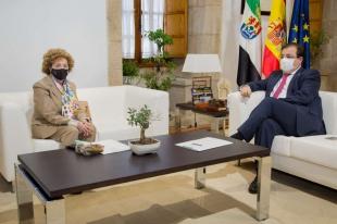 Fernández Vara se entrevista con la directora de la Real Academia de Extremadura, María del Mar Lozano