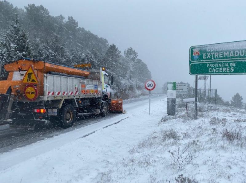 El operativo de la Junta de Extremadura retira nieve en 156 kilómetros de carreteras y arroja 100 toneladas de sal