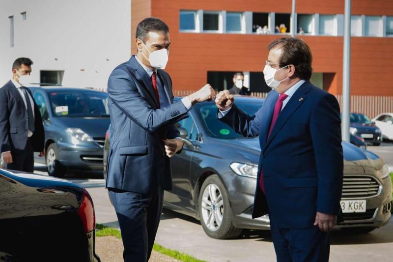El presidente del Gobierno destaca en Mérida que España está muy cerca de tener más personas vacunadas que contagiadas
