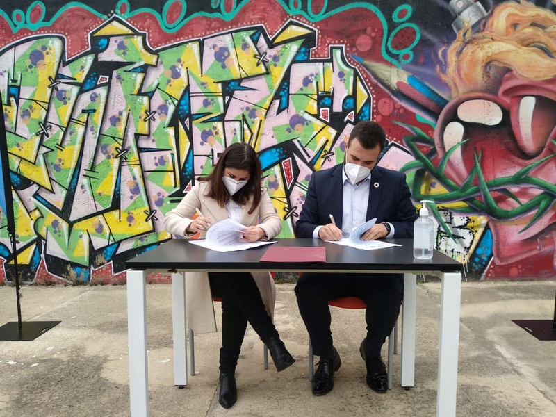 Isabel Gil Rosiña y Luis Salaya firman el convenio por el que se gestionará conjuntamente el Espacio para la Creación Joven de Cáceres