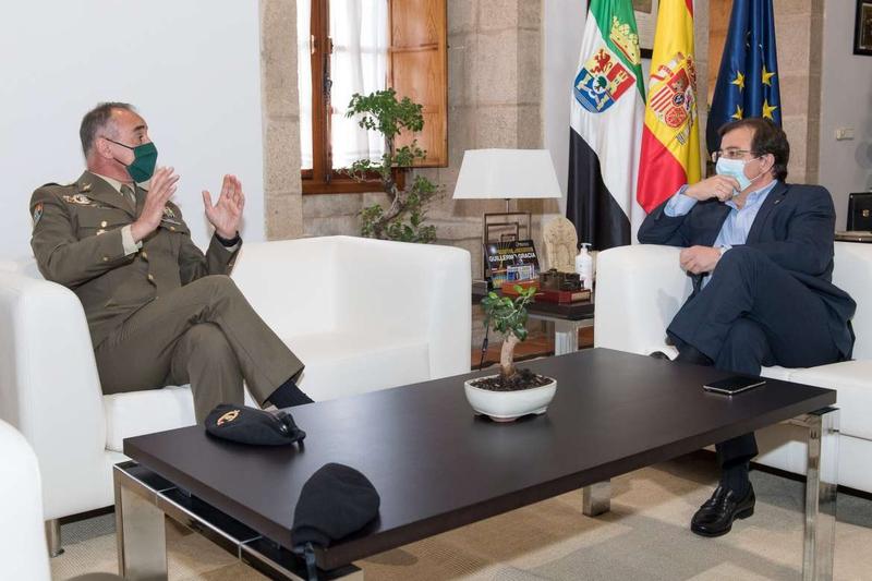 Vara se reúne con el general jefe de la Brigada Extremadura XI de Bótoa