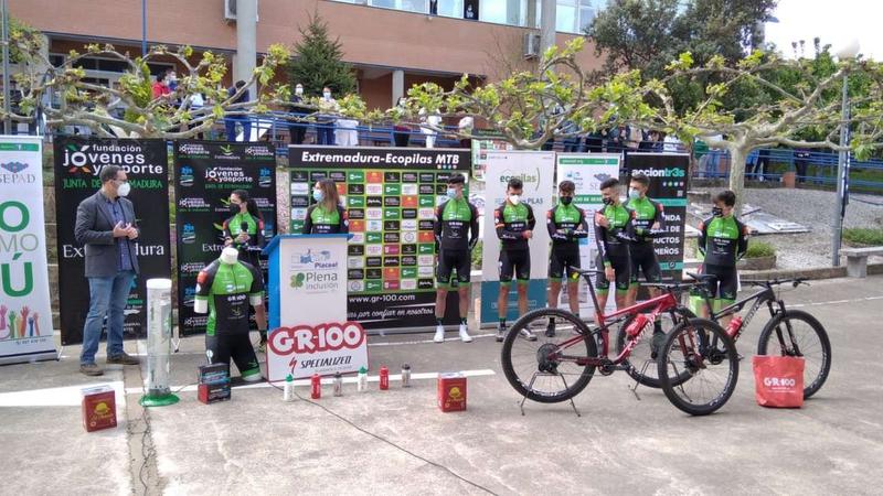 Sonia Bejarano destaca el compromiso institucional con el deporte responsable en la presentación del equipo ciclista Extremadura Ecopilas