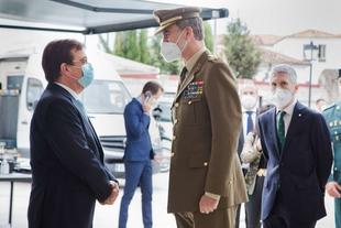 Fernández Vara acompaña al rey Felipe VI en su visita al puesto de la Guardia Civil de Valencia de Alcántara