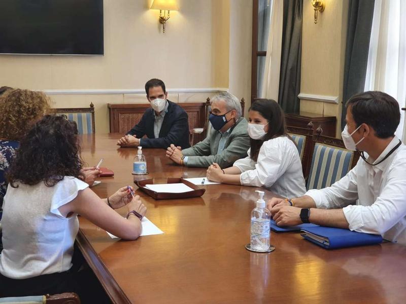 Gil Rosiña resalta el refuerzo de los equipos de atención psicológica dirigida a menores víctimas de violencia de género en Extremadura