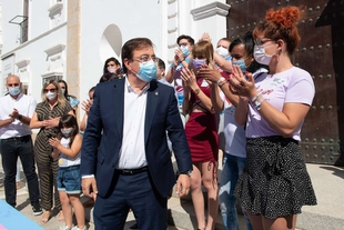 Fernández Vara asiste en Mérida a la recepción de la bandera Trans por la Asamblea de Extremadura